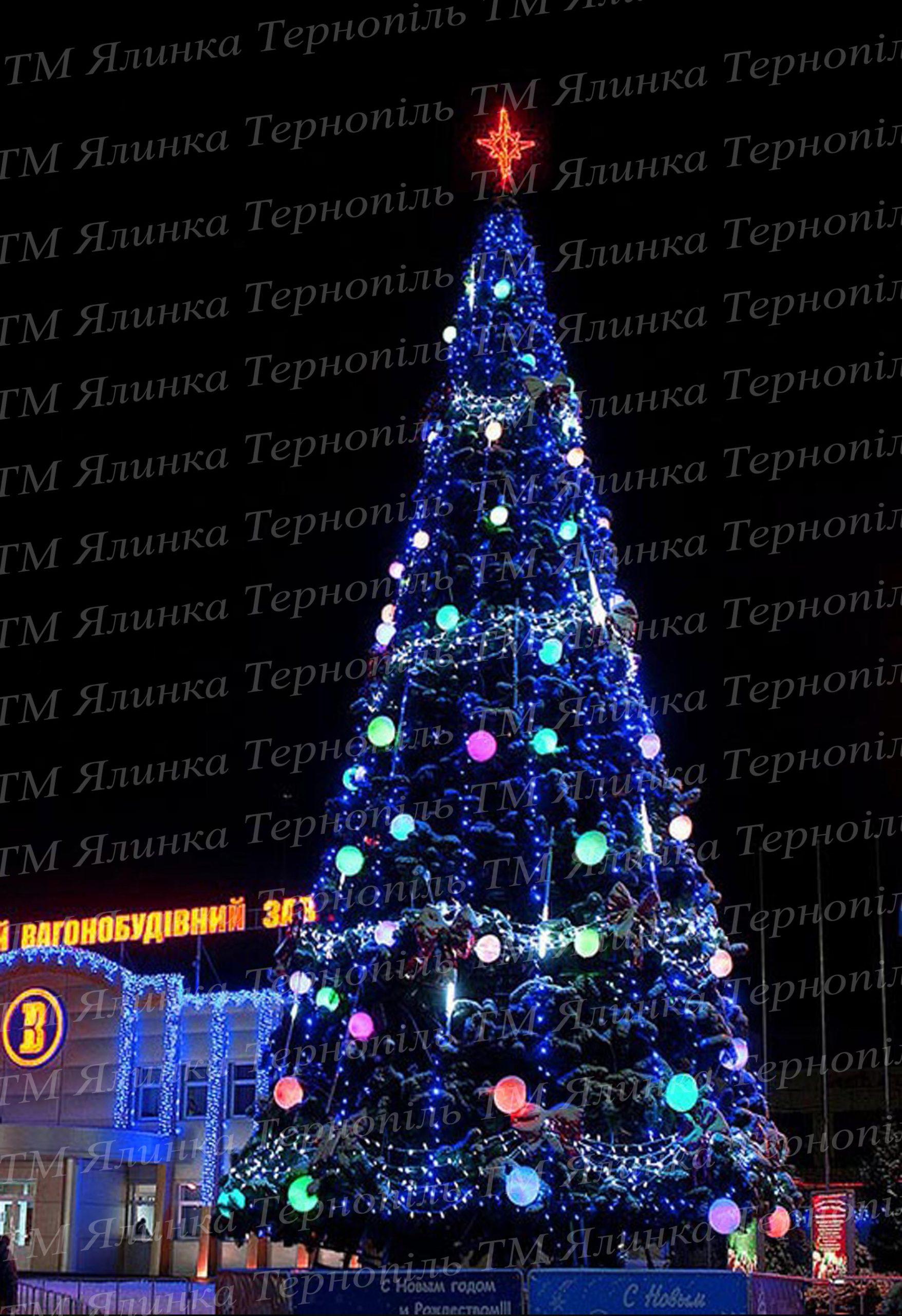 Большая уличная елка около вокзала Украины