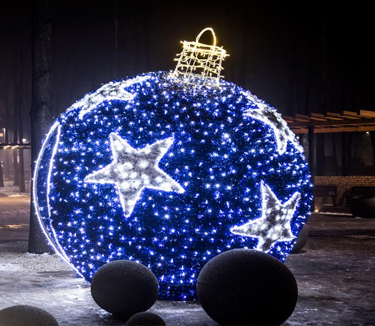 Величезна об'ємна куля з синіми зірками