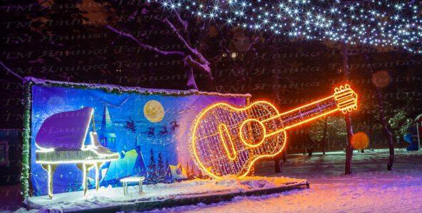 Украшения улицы гирляндой с гитарой