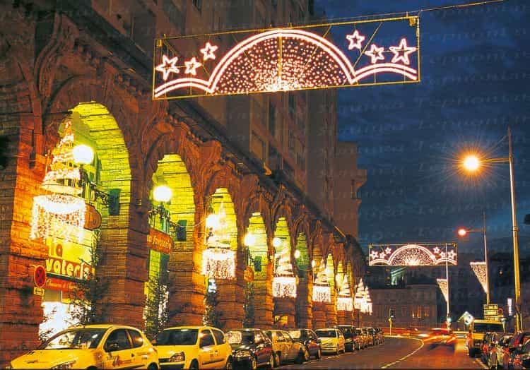 Уличное освещения над дорогой арка